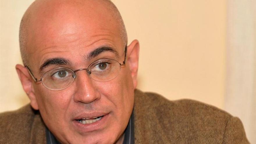 """""""Salchichas vienesas"""", el absurdo como crítica de Antonio Orlando Rodríguez"""
