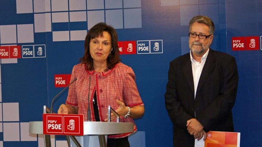 La diputada socialista y alcaldesa de Quart de Poblet, Carmen Martínez, junto al alcalde de Albal, Ramón Marí, en una rueda de prensa.