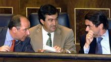 José María Aznar conversa con Rodrigo Rato y Francisco Álvarez-Cascos durante el debate sobre el Estado de la Nación de 1999