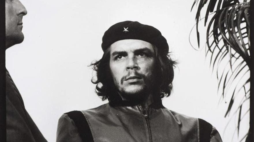Subastada por 9.600 dólares un original de la foto más famosa del Che Guevara