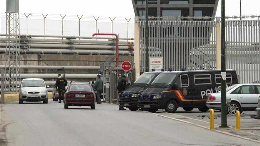 Imagen de archivo de controles policiales en el puerto de Ceuta en una operación.