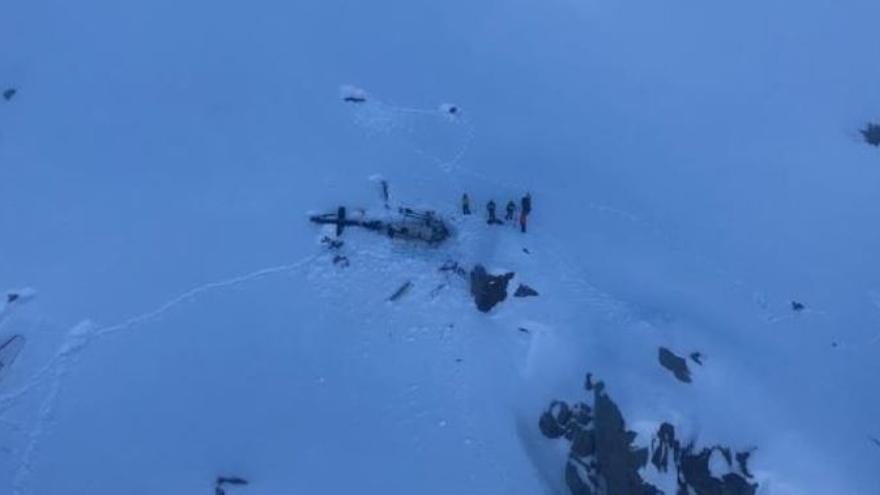 El Cuerpo Nacional de Socorrismo Alpino ha colgado una imagen en Twitter del helicóptero en el lugar del accidente.