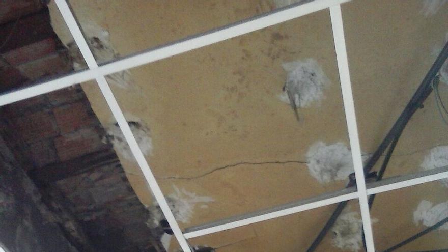 El escombro ha caído sobre la mesa de trabajo de un empleado municipal aunque no ha causado heridos.