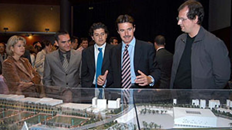 Soria, que en la imagen charla con los aequitectos de LLPS, ante la maqueta original del Palacio Multiusos de Gran Canaria. (QUIQUE CURBELO)