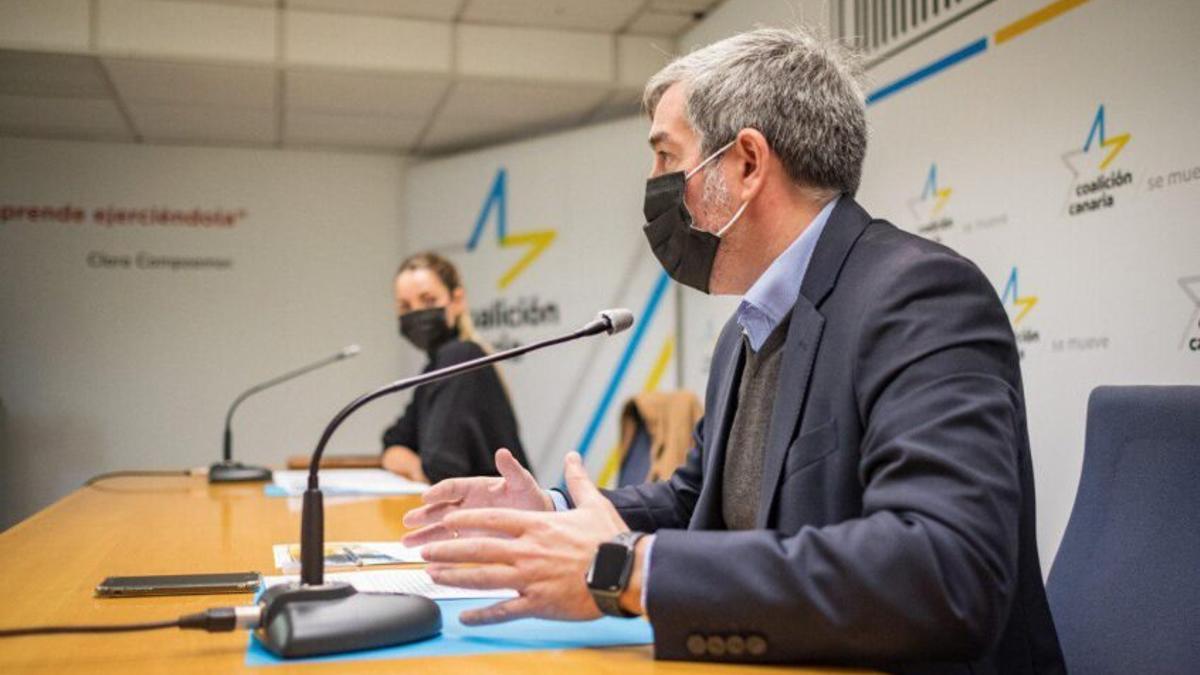 La portavoz de Coalición Canaria, María Fernández, y el secretario general del partido, Fernando Clavijo, durante una rueda de prensa.