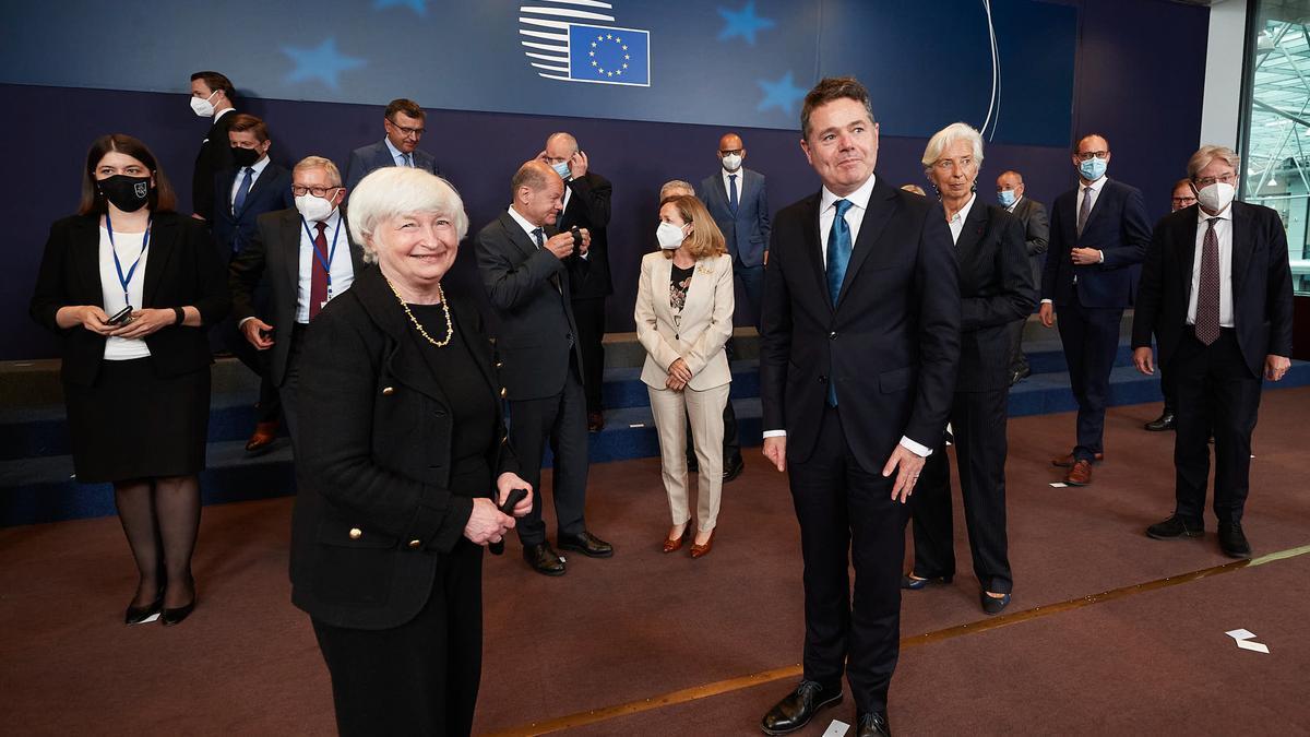 La secretaria del Tesoro estadounidense, Janet Yellen, y los miembros del Eurogrupo, el 12 de julio de 2021 en Bruselas.