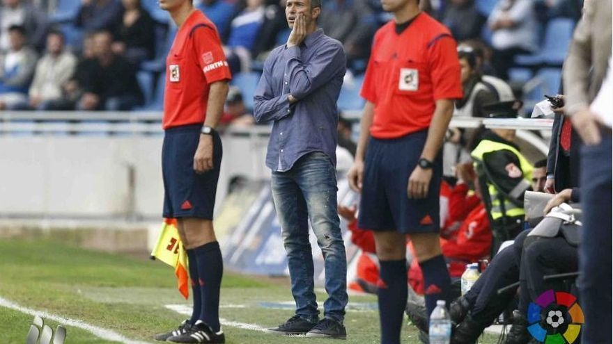 El entrenador del CD Tenerife, Pep Martí, durante el encuentro frente al Girona. (LALIGA).
