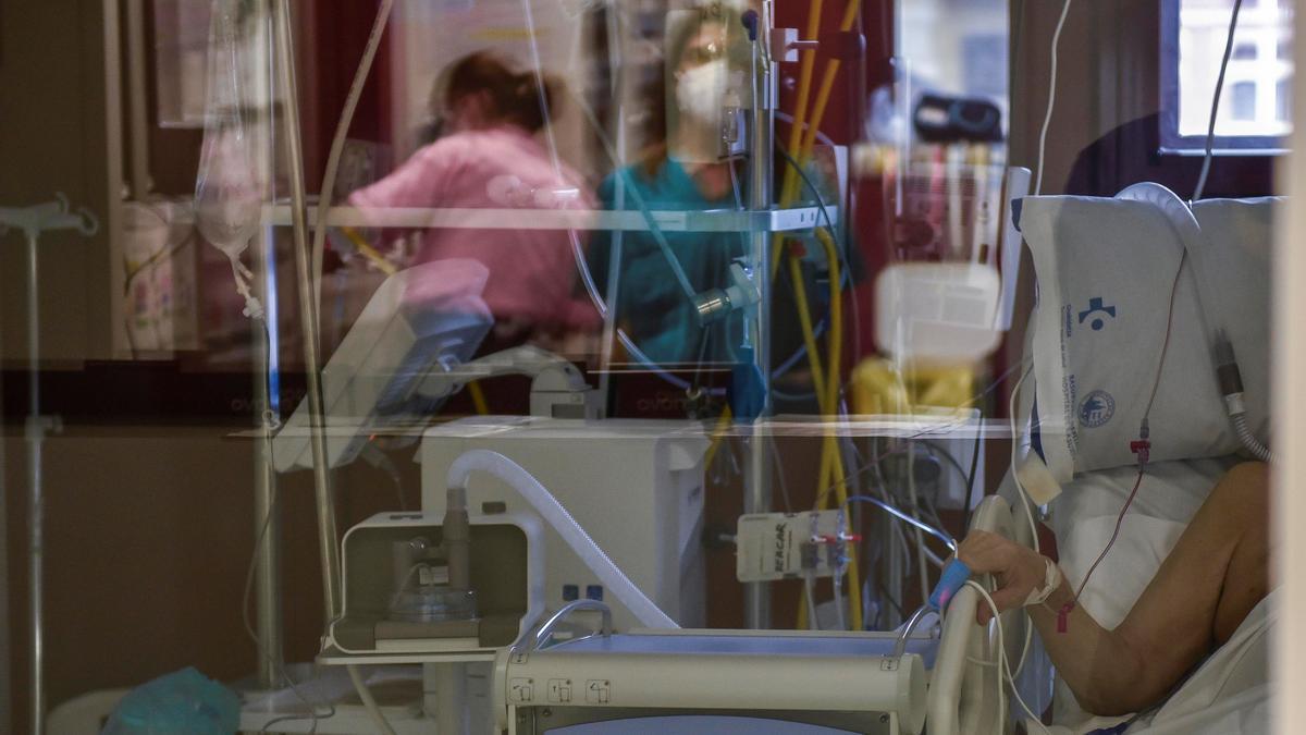 Un paciente enfermo de coronavirus espera a ser atendido en la UCI de un hospital. EFE/Miguel Toña/Archivo
