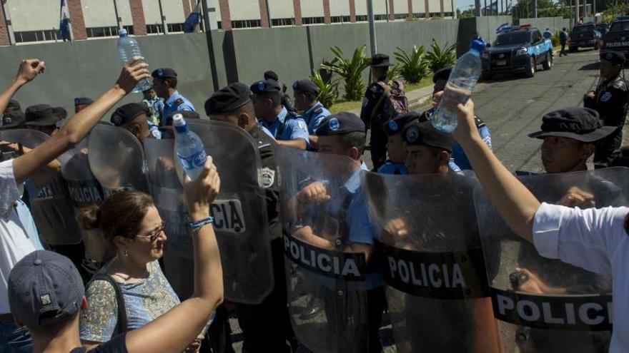 Image result for Simpatizantes de Ortega golpean a un sacerdote y a una monja en la catedral de Managua