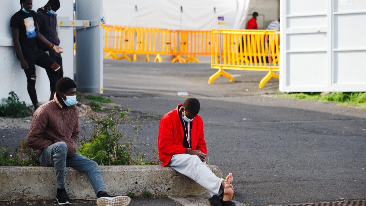 Migrantes en el exterior del campamento de Las Canteras, Tenerife
