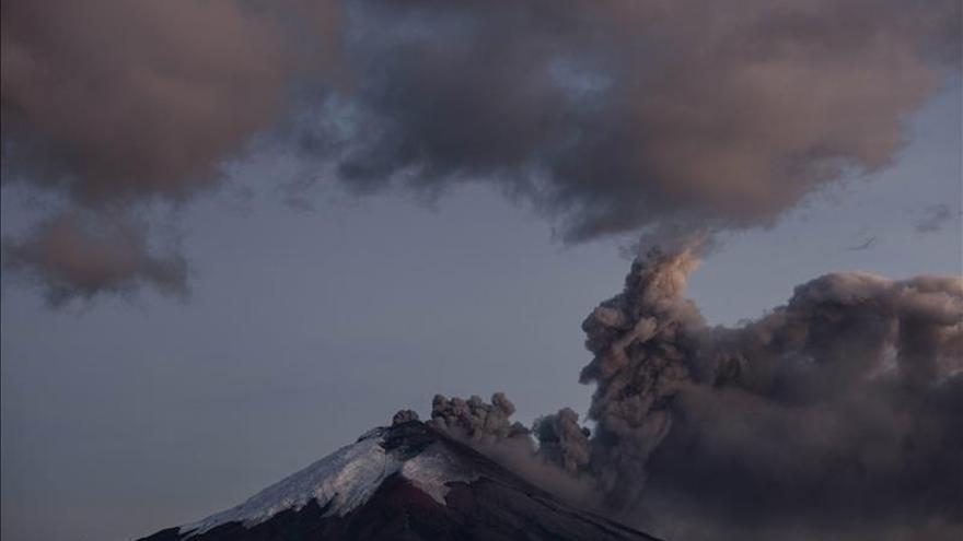 El volcán peruano Ubinas lanza ceniza en un radio de diez kilómetros