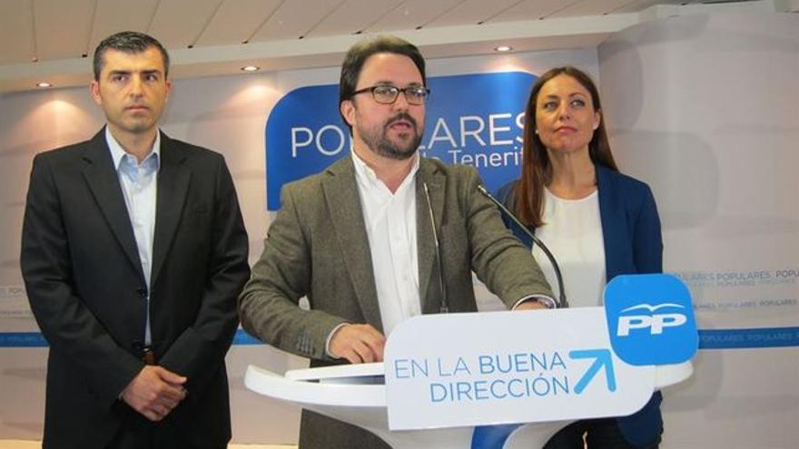 Cristina Tavío, junto a Asier Antona (centro) y Manuel Domínguez, presidente tinerfeño del PP