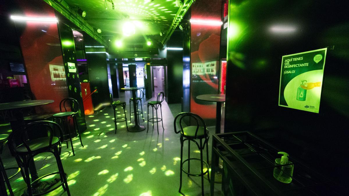 Archivo - Sillas en la pista de baile de una discoteca, en una imagen de archivo