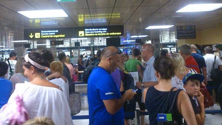 Turistas, en una sala de un aeropuerto canario