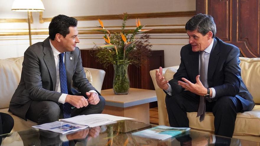 El presidente de la Junta de Andalucía, Juan Manuel Moreno Bonilla, y el presidente de Sareb, Jaime Echegoyen