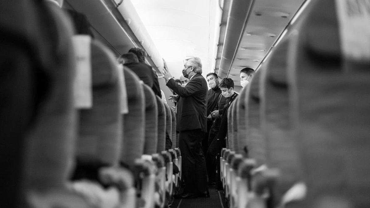 Alberto Fernández en el avión, antes del viaje de regreso a Argentina