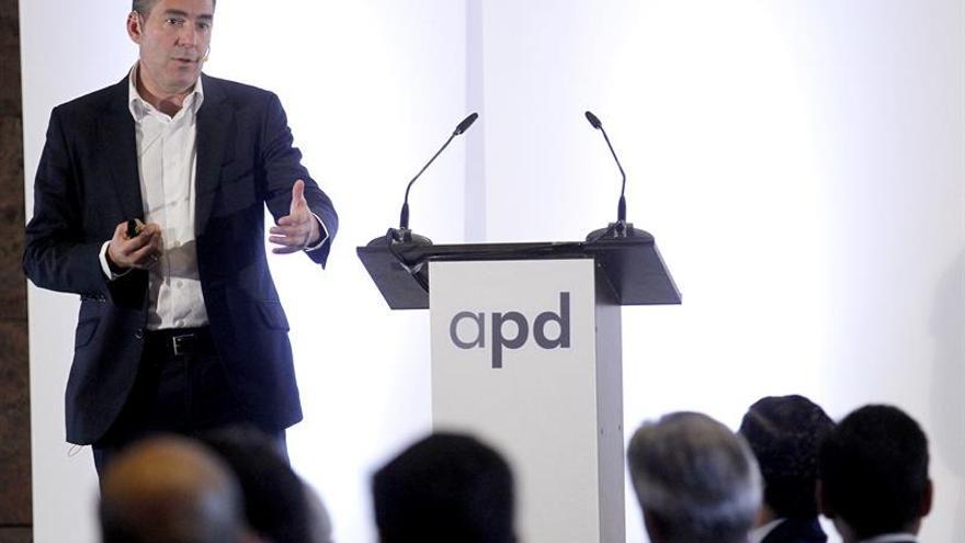 El presidente del Gobierno de Canarias, Fernando Clavijo, durante su intervención en un desayuno coloquio organizado por la Asociación para el Progreso de la Dirección. EFE/Cristóbal García