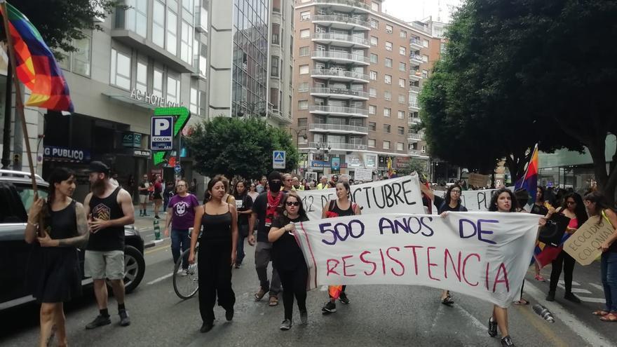 Centenares de personas recorrieron las calles de València el 12 de octubre en la marcha 'Nada que celebrar'.