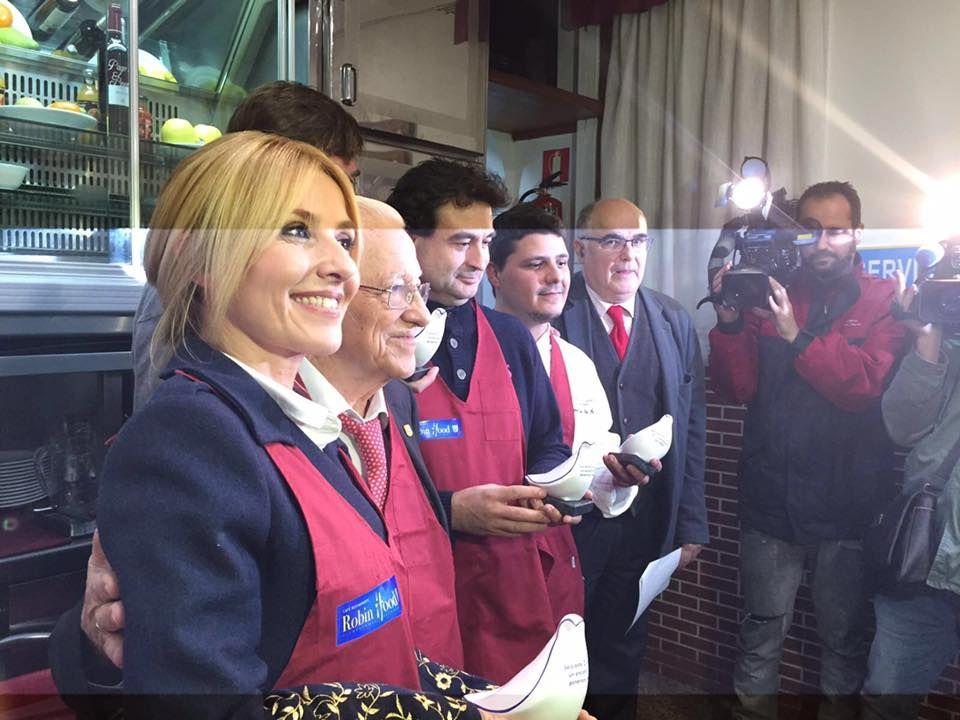 Cayetana Guillén Cuervo, junto al Padre Ángel y al resto de padrinos en la inauguración   MENSAJEROS DE LA PAZ