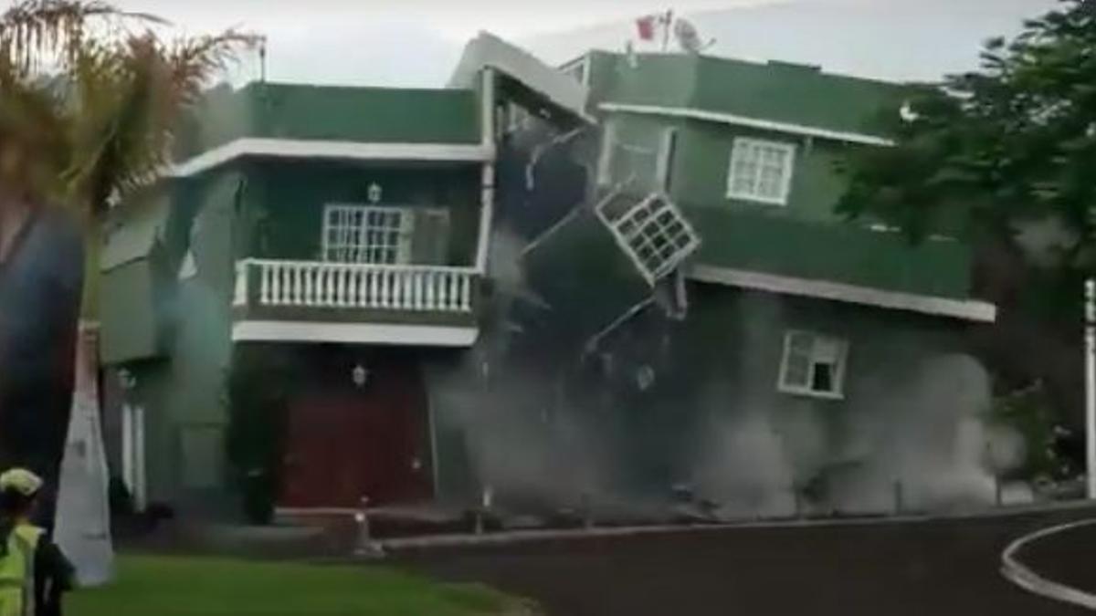 Momento en el que se desploma una vivienda en Todoque