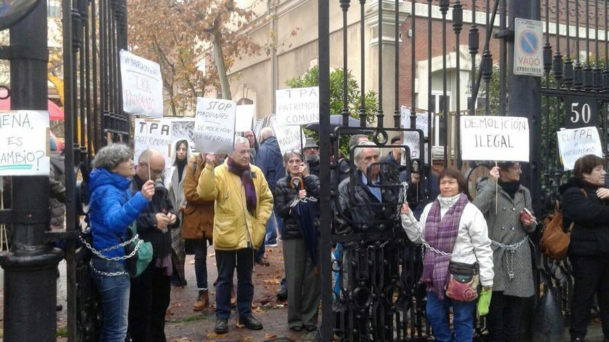 Activistas de Ganemos Madrid, encadenados para paralizar el derribo del TPA.