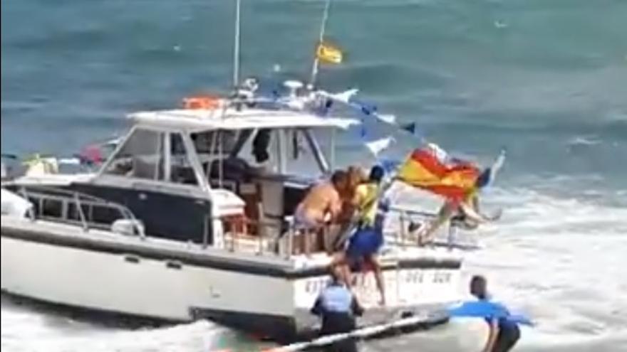 Encalla una barca de la procesión del Carmen en Güímar.