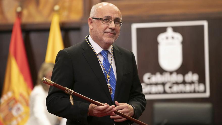 Antonio Morales, con el bastón de mando en el Cabildo de Gran Canaria