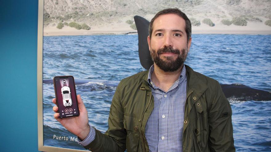 Emilio Mellado muestra la aplicación vía móvil o reloj para controlar los coches eléctricos.