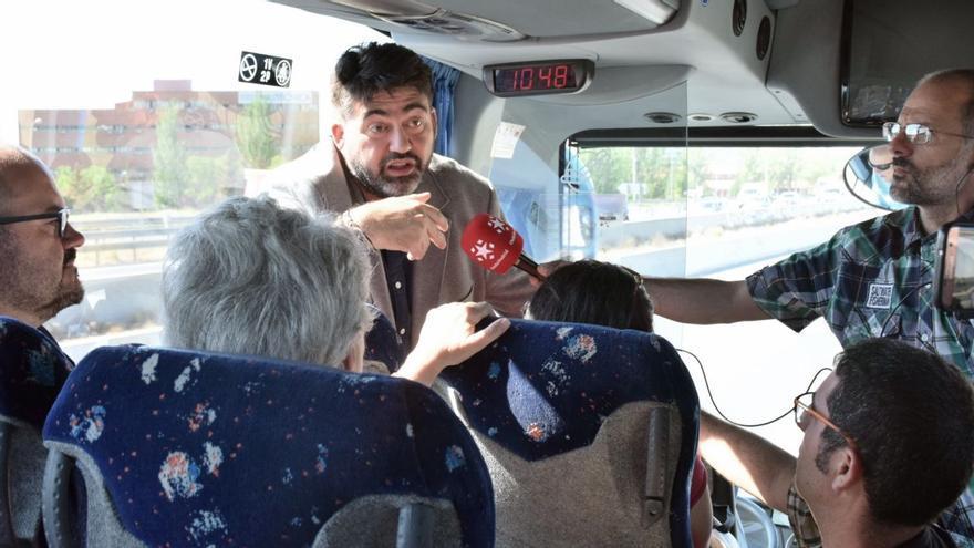 El cabeza de lista de Madrid en Pie, Carlos Sánchez Mato, en el autobús.
