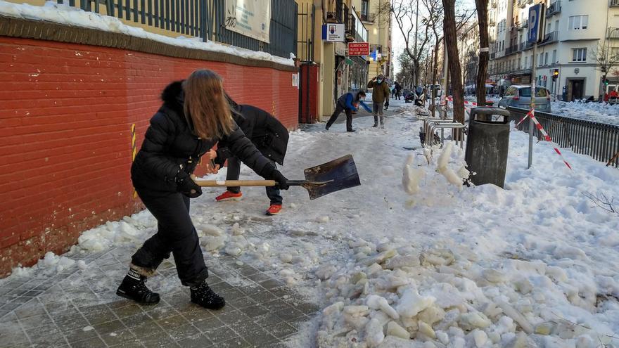 Las familias se lanzan a despejar las entradas a los colegios de Madrid