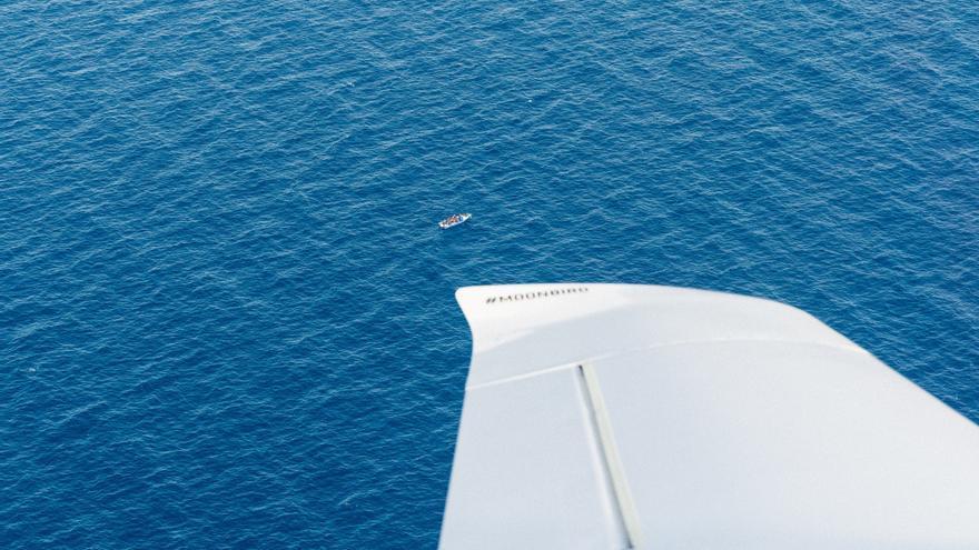 Desde la avioneta Moonbird veían la barca con impotencia: estaban en riesgo y nadie acudía a su rescate a pesar de tener la localización exacta.