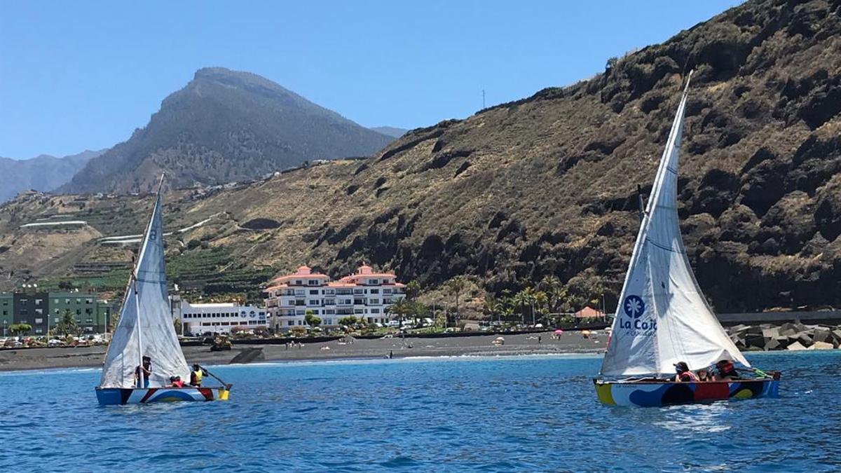 Un momento de la 'V Regata Día de Canarias de Vela Latina' celebrada por primera vez en Tazacorte.