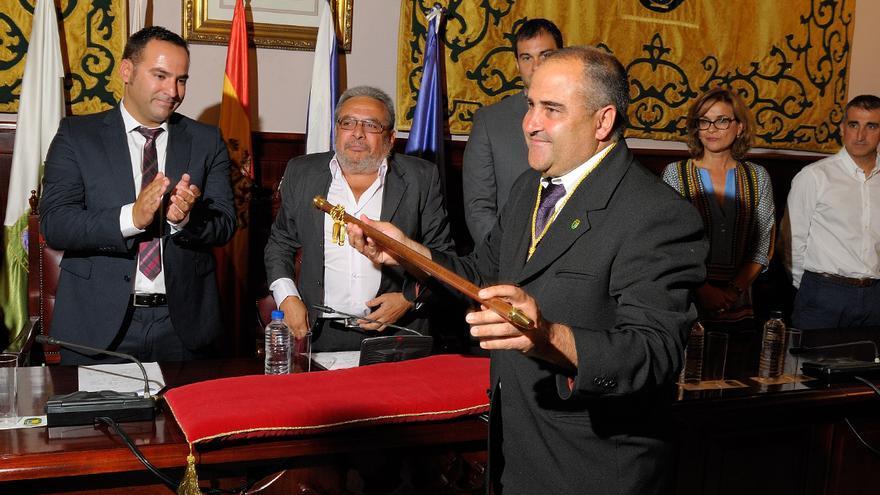 Escolástico Gil, con el bastón de mando del Ayuntamiento de El Rosario.