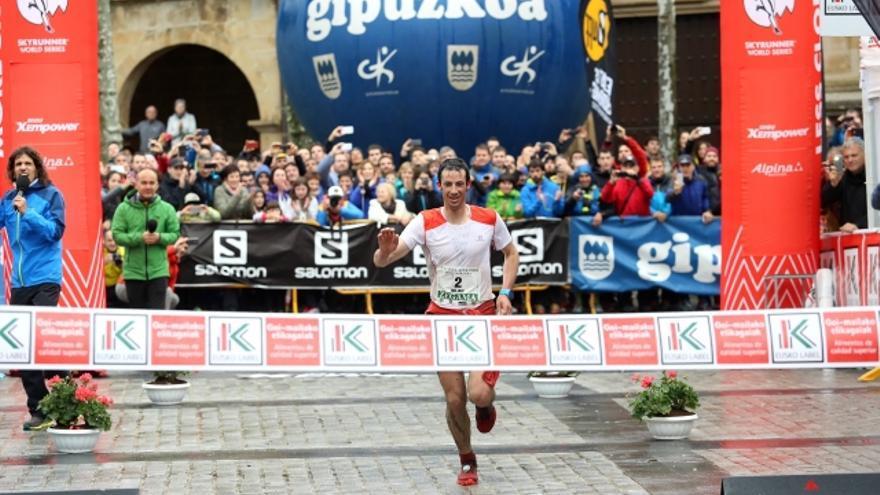 Kilian Jornet cruza la línea de meta de Zegama en primera posición (© Javi Colmenero).