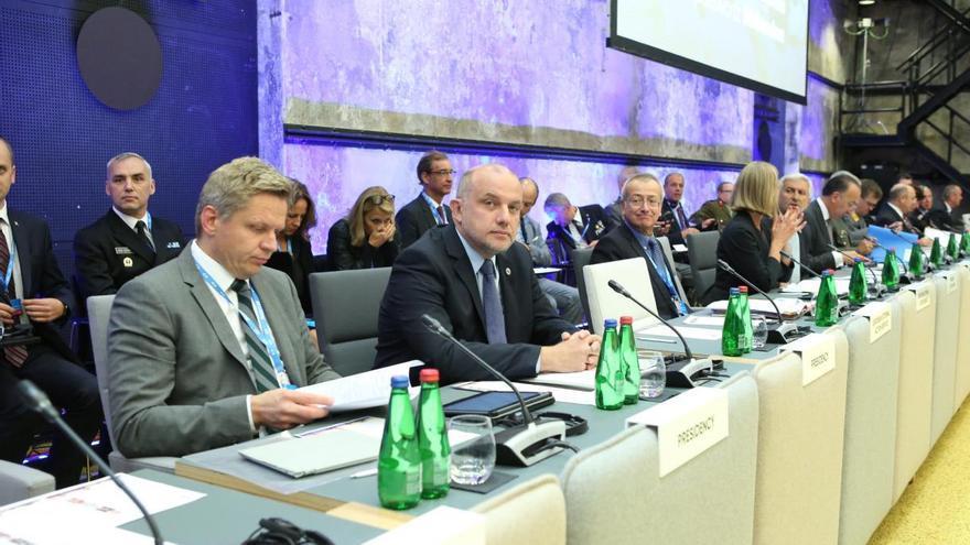 El ministro de Defensa de Estonia, Jüri Luik, segundo por la izquierda, rodeado de otros representantes europeos, momentos antes de comenzar el ejercicio.
