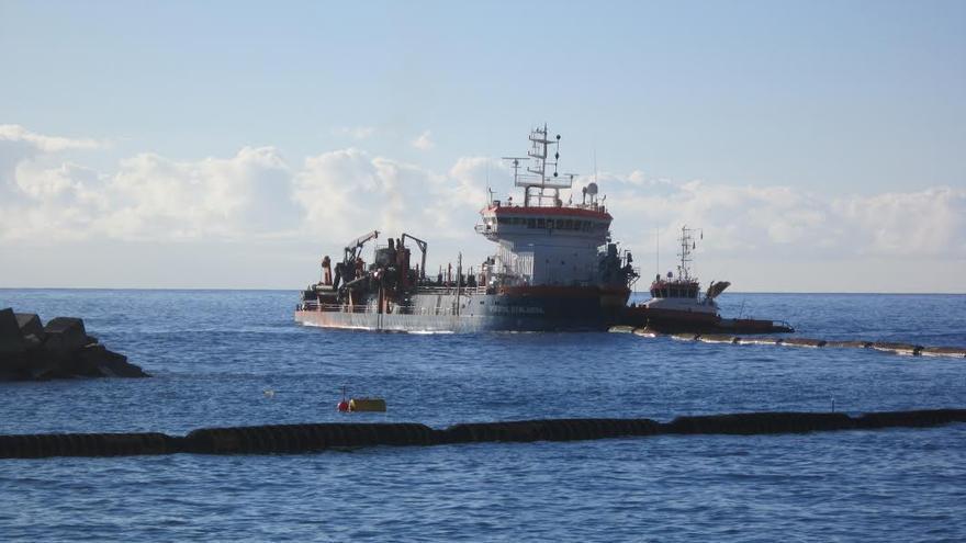 En la imagen, este miércoles, la draga Volvox Atalanta, fondeada en el frente marítimo, bombeando arena a la playa.