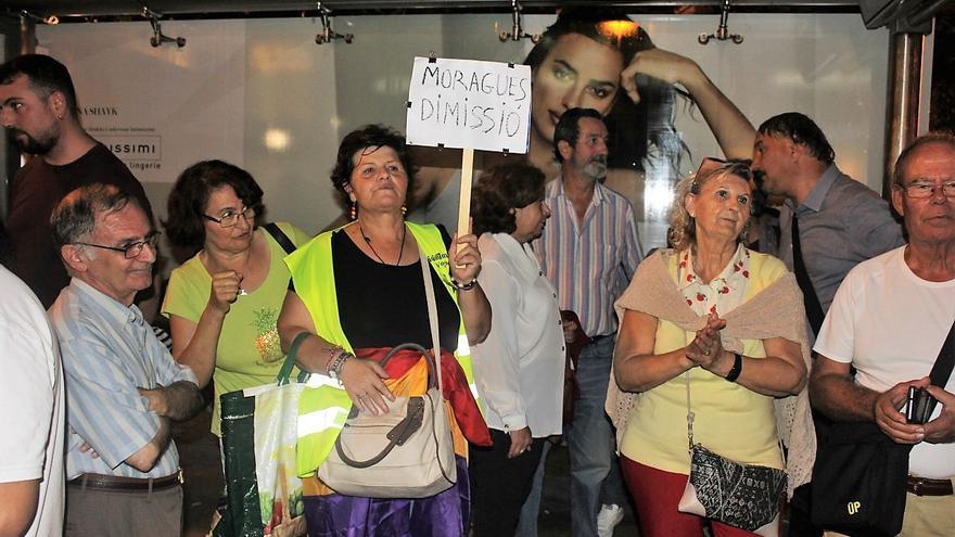 Amparo Molina, con el chaleco reflectante y una pancarta pidiendo la dimisión de Moragues, junto a otros iaioflautas el pasado 11 de octubre