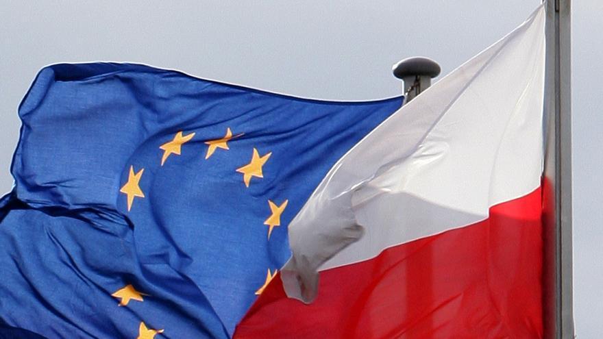 Banderas de la UE y Polonia ondeando.