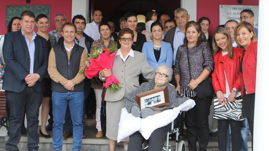 Nieves Martín con familiares y los  miembros de la Corporación de El Paso.