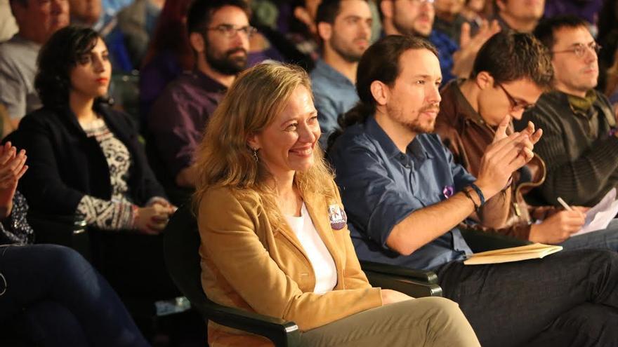 La candidata de Podemos al Congreso por Las Palmas, Victoria Rosell, junto a Pablo Iglesias e Íñigo Errejón.