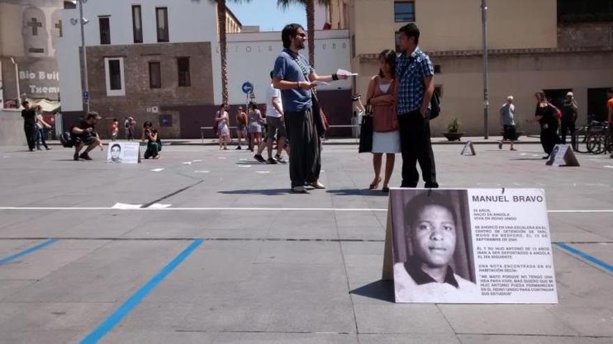 Acción de Tanquem els CIE frente al museo MACBA de Barcelona.