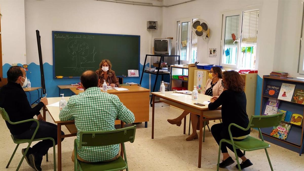 La delegada territorial de Educación y Deporte de la Junta de Andalucía en Córdoba, Inmaculada Troncoso, en su visita a la Escuela Infantil Vicente Nacarino de Palma del Río.