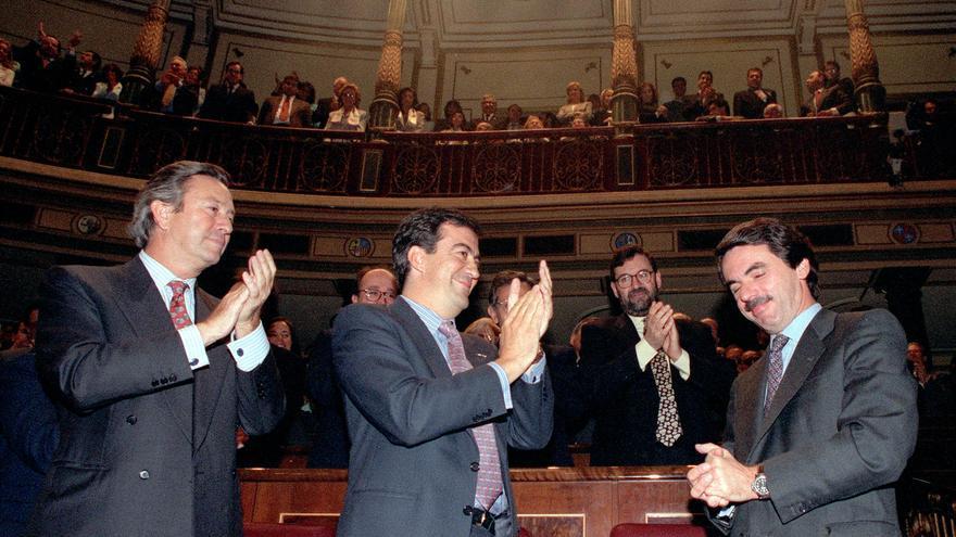 Álvarez Cascos y Rajoy aplauden a José María Aznar después de su investidura en 1996.