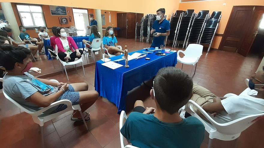 Algunos de los alumnos de la Plataforma Solidaria Didáctica, durante una clase práctica.