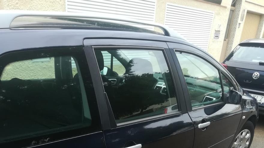 Uno de los coches de miembros de Compromís en Paiporta dañados