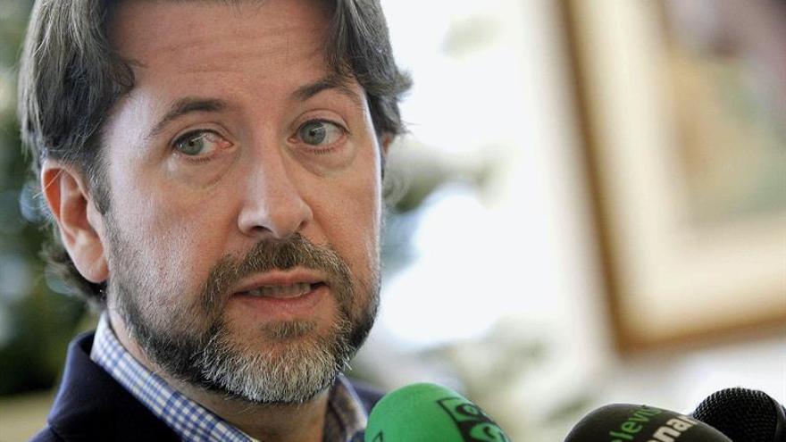 El presidente del Cabildo de Tenerife, Carlos Alonso, atiende a la prensa. EFE/Cristóbal García
