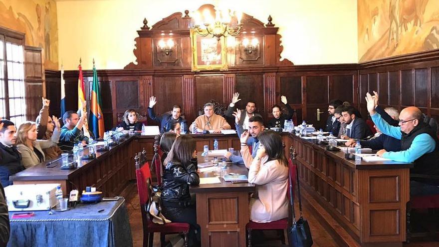 Reunión del pleno del Ayuntamiento de Los Llanos celebrada este viernes. Foto: Ayuntamiento de Los Llanos.