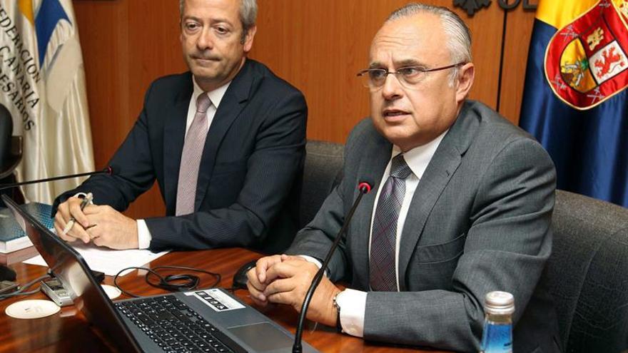 El presidente de la Confederación Canaria de Empresarios (CCE), Agustín Manrique de Lara, y su secretario general, José Cristóbal García García. (EFE/Elvira Urquijo A.).
