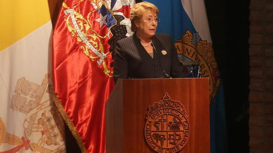 """Bachelet alerta contra el """"periodismo de trinchera"""" que empobrece la democracia"""