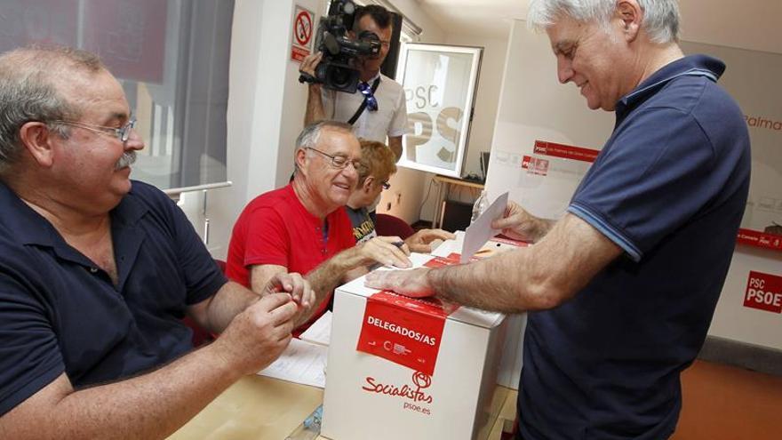 El líder de los socialistas canarios depositando su voto en la urna. Efe.